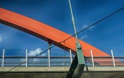 Överbrygga att korsar över en gåbana och motorway fotografering för bildbyråer