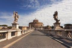 Överbrygga att leda till den Sant Angelos slotten i Rome Royaltyfri Foto