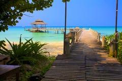 Överbrygga bly- till den tropiska stranden Arkivbild