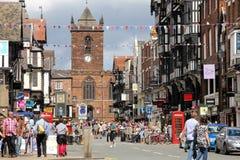 Överbrygga gatan och Sts Peter kyrka. Chester. England Royaltyfri Foto