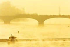 Överbrygga i dimman Arkivbilder