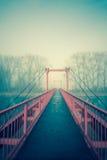 Överbrygga i dimman Fotografering för Bildbyråer