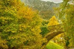 Överbrygga i en Pyrenees by Arkivbild