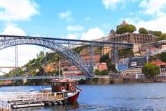 Överbrygga Maria Pia på den Douro floden, Porto, Portugal Royaltyfri Bild