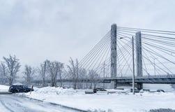 Överbrygga oa om den snöig dagen Fotografering för Bildbyråer