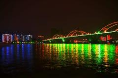 Överbrygga och floden på natten Fotografering för Bildbyråer