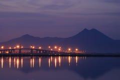 Överbrygga och tänd på Tunis sjön på gryning Arkivfoton
