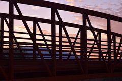 Överbrygga på solnedgången arkivfoton
