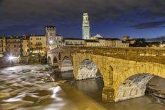 Överbrygga Ponte Pietra i aftonen, Verona Royaltyfria Foton