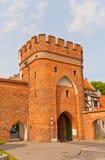 Överbrygga porten (circa 1432) av den Torun staden, Polen arkivfoton