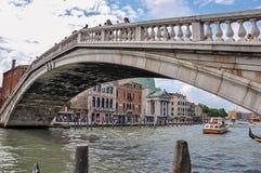 Överbrygga sikten över Grand Canal, med byggnader i Venedig Royaltyfria Bilder