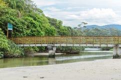 Överbrygga som ger tillträde till Praia gör den Matadeiro stranden royaltyfri fotografi