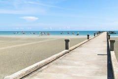 Överbrygga stenen på stranden och havet med blå himmel Arkivbild