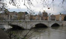 Överbrygga Vittorio Emanuele II i Rome i vinter med floden italy royaltyfri bild
