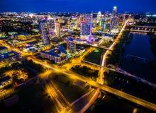 Överbryggar den flyg- Austin Texas Night Cityscape Over Town för blå natt sjön stads- färgrik Cityscape för huvudstäder Royaltyfria Bilder