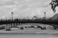 Överbryggar längs Seinen Arkivfoto