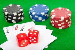 överdängarekort chips den leka poker för fyra hand Arkivbild
