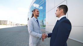 Överenskommelse affärsmän för handskakning som två skakar räcker den höga definitionvideoen lager videofilmer