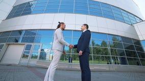 Överenskommelse affärsmän för handskakning som två skakar räcker den höga definitionvideoen stock video