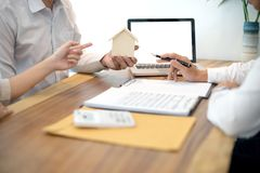 Överenskommelse för affärsman att underteckna för avtalet för nytt hem- köp eller royaltyfri bild