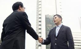 Överenskommelse för affärsmandanandehandskakning Begreppssamarbete arkivbild
