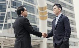 Överenskommelse för affärsmandanandehandskakning Begreppssamarbete arkivfoto