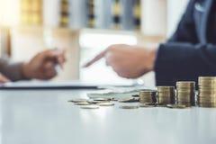 Överenskommelse för avtal för dokument för bil för mankund undertecknande, lyckad köpande för billånavtal eller sälja det nya med arkivfoton