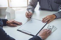 Överenskommelse för dokumentet för hem- politik för mankunden mottar undertecknande köpande, det lyckade lånavtalet och represent arkivbilder