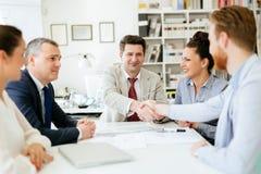 Överenskommelse mellan företagsrepresentanter royaltyfri bild