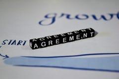 Överenskommelse på träkvarter Begrepp för avtal för samarbetspartnerskapavtal arkivbilder