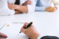 Överenskommelse som är förberedd av det undertecknande dekretet för advokat av skilsmässadissolut royaltyfri bild