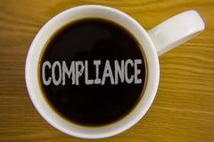 Överensstämmelse för ordhandstiltext Affärsidéen för Teknologi Företag ställer in dess standarda reglemente för politik skriftlig Arkivbilder