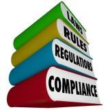 Överensstämmelse härskar lagreglementebunten av bokhandböcker Arkivfoton