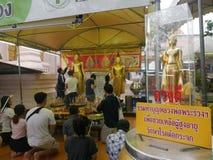 Överför merit till vännen för goodluck på Phra Pathommachedi en stupa i Thailand Arkivfoton
