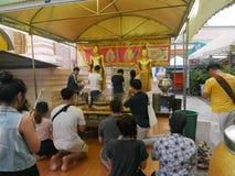 Överför merit till vännen på Phra Pathommachedi en stupa i Thailand Royaltyfria Foton