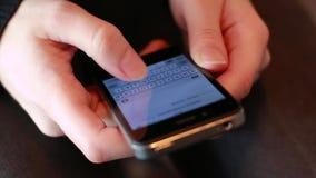 Överför sms vid den smarta telefonen arkivfilmer