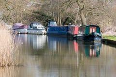 ÖVERFÖR SURREY/UK - MARS 25: Begränsa fartyg på floden Wey Navig arkivbild