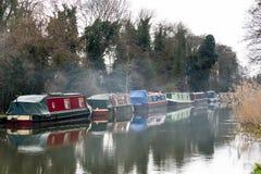 ÖVERFÖR SURREY/UK - MARS 25: Begränsa fartyg som förtöjas på floden oss fotografering för bildbyråer
