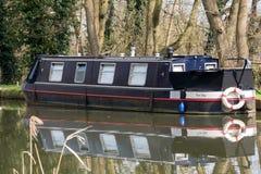 ÖVERFÖR SURREY/UK - MARS 25: Begränsa fartyget på floden Wey Naviga arkivfoton