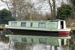 ÖVERFÖR SURREY/UK - MARS 25: Begränsa fartyget på floden Wey Naviga royaltyfri bild