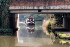 ÖVERFÖR SURREY/UK - MARS 25: Begränsa fartyget på floden Wey Naviga royaltyfria foton