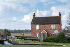 ÖVERFÖR SURREY/UK - MARS 25: Papercourt Lås-vårdare hus på th royaltyfri foto