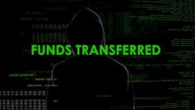 Överförande fonder för manlig en hacker, pengarsystemskydd, online-bankrörelsefel arkivfilmer