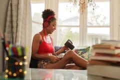 Överförande foto för kvinna från kamera till bärbara datorn Wirelessly Royaltyfria Bilder
