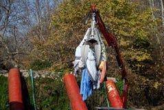 Överförande kläder för maskineri till vatten-tvagning cylindrar på byn Kefalovryso i det Elassona länet royaltyfri fotografi