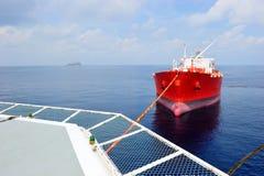Överförande olja för oljetanker till lastvellhelien Royaltyfri Bild