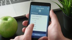 Överförande pengar genom att använda packa ihop app arkivfilmer