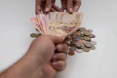 Överföring av pengar mellan manen och kvinnan Pengar för thailändsk baht royaltyfri bild