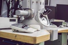 Överföringselektronmikroskop i ett vetenskapligt laboratorium royaltyfri fotografi
