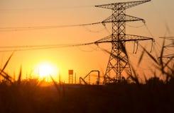 Överföringskraftledningkontur på solnedgång royaltyfria bilder